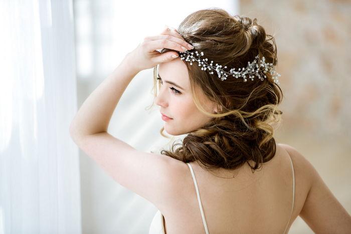 Biżuteria ślubna we włosach