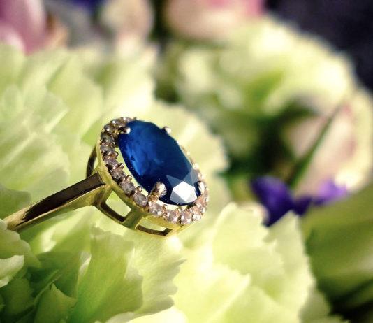 Jak wybrać idealny pierścionek zaręczynowy?