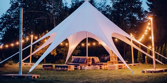 Strefy chill out z namiotami typu gwiazda, girlandami oraz meblami z palet